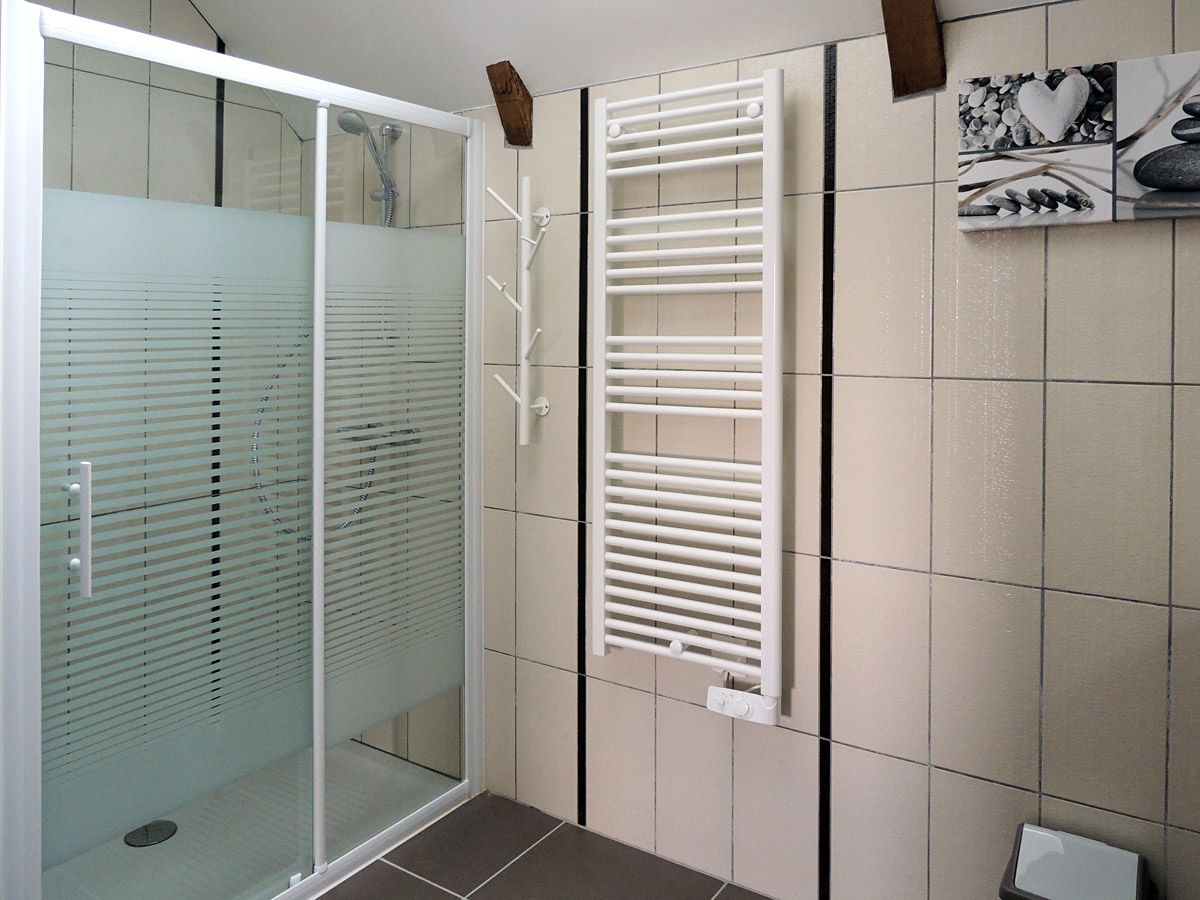 Une Salle De Bain Est Equipee Dune Vasque : et une salle de bain équipée d'une double vasque, d'une ...